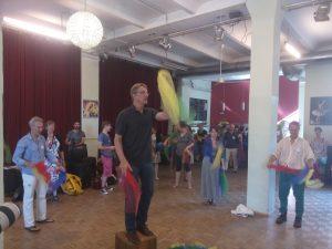 Leute jonglieren mit bunten Tüchern